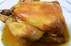 El pollo asado recién sacado del horno.