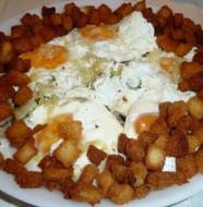 ensalada templada con huevo y picatostes