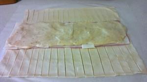 Hojaldre caramelizado relleno de bechamel jamon york y queso